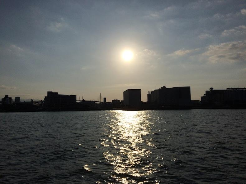 埠頭から眺める夕日 港